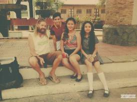 con amigos en ciudad